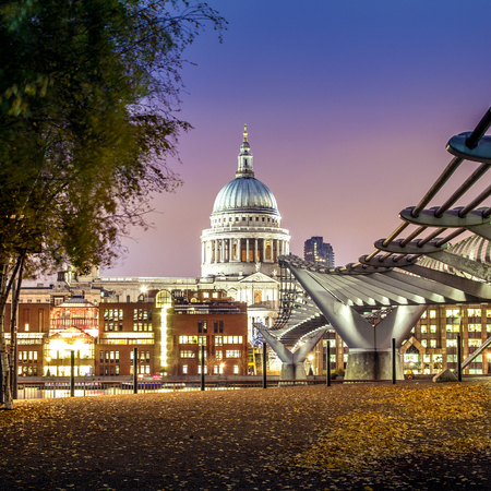 saint pauls cathedral: London, Millennium Bridge leads to Saint Pauls Cathedral at night
