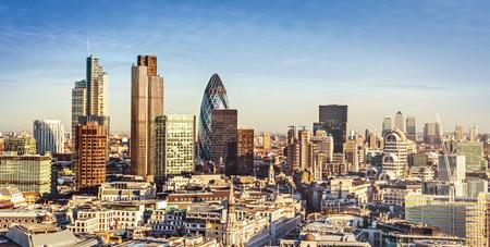 City of London een van de toonaangevende centra van globale financiën. Deze visie omvat Toren 42, augurk, Willis Building, Stock Exchange Tower, Lloyds of London en Canary Wharf op de achtergrond.
