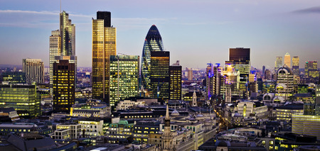 City of London een van de belangrijkste centra van de wereldwijde finance.This weergave bevat Toren 42 Augurk, Willis Building, Stock Exchange Tower en Lloyds of London en Canary Wharf op de achtergrond.