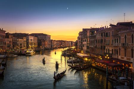 日没、ヴェネツィア、イタリアで有名なリアルト橋から大運河を見晴らす
