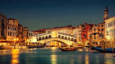Famous Grand Canal and Rialto Bridge at sunset, Venice, Italy 스톡 콘텐츠