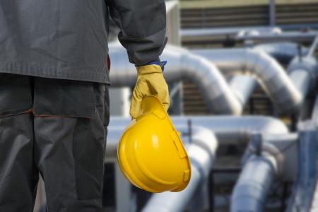 werknemer met helm in de voorkant van de productiehal