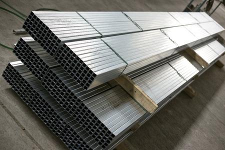 acier: profilés en tôle dans le hall de production