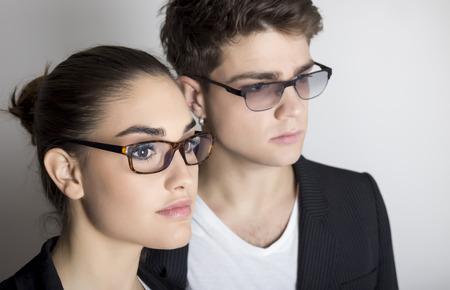 メガネと若いカップルをクローズ アップの肖像画