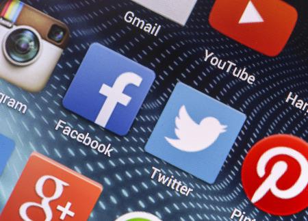 marca libros: BELGRADO - 26 de abril 2014 iconos de redes sociales populares Facebook, Twitter y otros en la pantalla del tel�fono inteligente de cerca Editorial