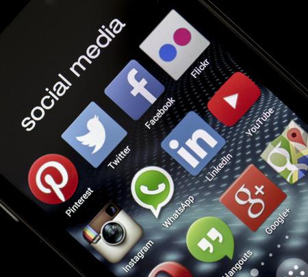 marca libros: BELGRADO - 05 de mayo 2014 iconos populares de redes sociales Facebook, Twitter y otra en la pantalla del tel�fono inteligente de cerca