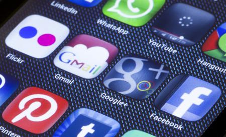 google plus: BELGRADO - 05 de julio 2014 iconos populares de medios sociales Gmail Google Plus y otro en la pantalla del tel�fono inteligente de cerca