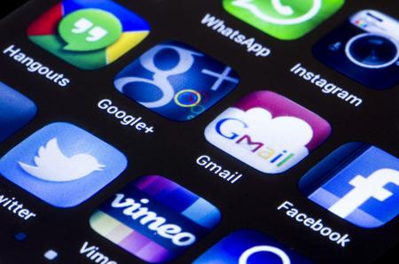 google plus: BELGRADO - 23 de junio 2014 iconos populares de redes sociales Google Gmail m�s y otra en la pantalla del tel�fono inteligente de cerca