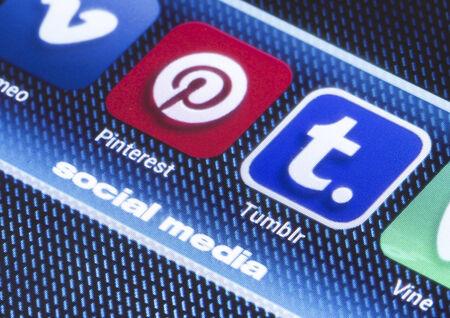 marca libros: BELGRADO - 11 de julio 2014 iconos populares de redes sociales pinterest tumbir y otra en la pantalla del tel�fono inteligente de cerca