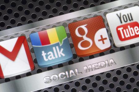 google plus: BELGRADO - 30 de agosto 2014 iconos de redes sociales Google Talk, Google Plus y otra en la pantalla del tel�fono inteligente de cerca