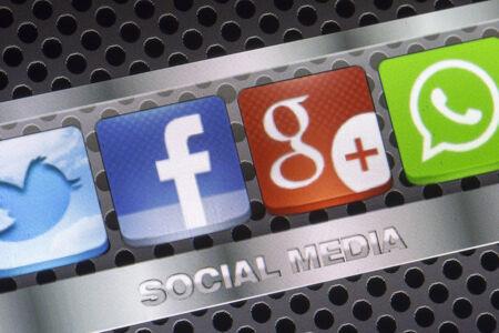 google plus: BELGRADO - 30 de agosto 2014 Los medios sociales iconos de Twitter, WhatsApp, Facebook y Google Plus en la pantalla del tel�fono inteligente de cerca
