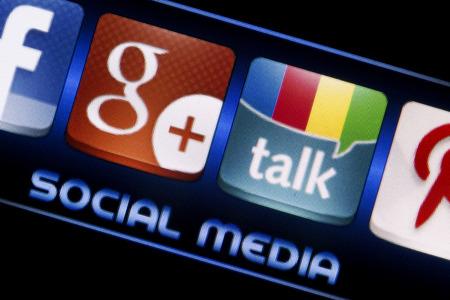 google plus: BELGRADO - 09 de septiembre 2014 Los medios sociales iconos de Google Talk y Google Plus en la pantalla del tel�fono inteligente de cerca Editorial