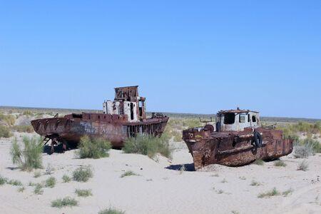 La destruction des navires - La situation est rendue à Kara-Kalpak l'Ouzbékistan dans la ville morte de Mujnak Sur la place accordée il ya 15 ans il y avait destruction mer d'Aral du navire - La situation est rendue à Kara-Kalpak l'Ouzbékistan dans la ville morte de Mujnak