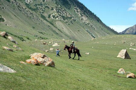 horseman: Kirghizistan cavaliere in Tien Shan montagna Editoriali