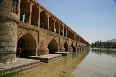 verdi: 33 pol Allah Verdi Khan bridge in Isfahan, Iran  Editorial