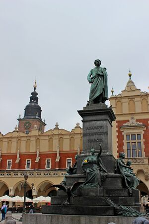 main market: Monumento di Adam Mickiewicz al mercato principale di Cracovia