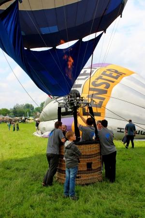 inflation basket: Globo de aire caliente que inflan para su lanzamiento - Cracovia Airshow 2013 Editorial