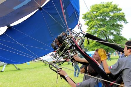 inflation basket: Globo de aire caliente que inflan para su lanzamiento - Airshow cracovia 2013