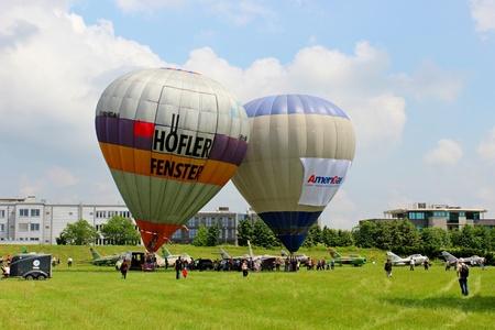 inflation basket: Globo de aire caliente inflar para su lanzamiento - airshow cracovia 2013