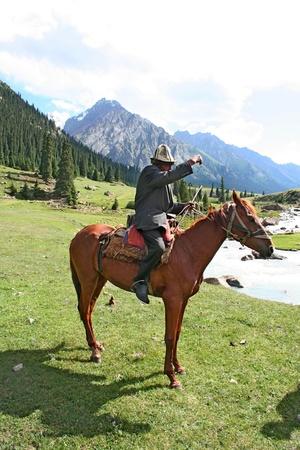 uomo a cavallo: Kirghizistan cavaliere nelle montagne Tien Shan Editoriali