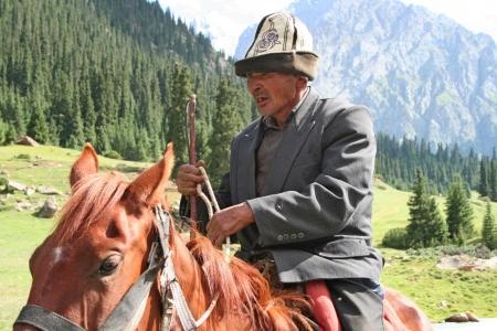 charro: Kirguist?n jinete en Tien Shan monta?as
