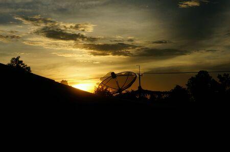 satellite dish: Antena parabólica en el fondo del cielo crepuscular. Foto de archivo