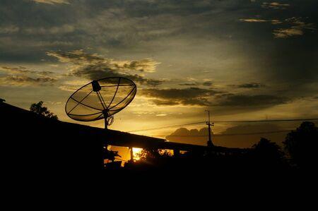 antena parabolica: Antena parab�lica en el fondo del cielo crepuscular. Foto de archivo