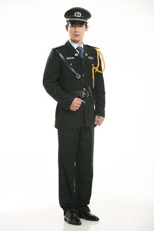 gorra polic�a: Servicio de seguridad de pie en el fondo blanco
