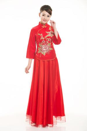 niñas chinas: El uso de camarero ropa china delante de un fondo blanco