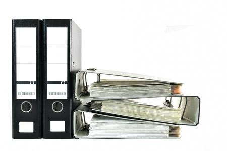 Zwarte kantoor bestanden met documenten op wit wordt geïsoleerd