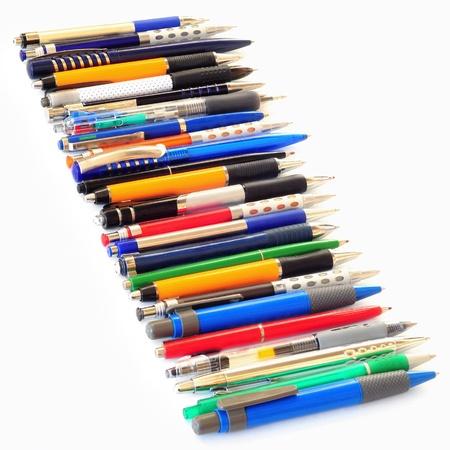 Rij van verschillende veelkleurige bal pennen geïsoleerd op witte achtergrond Stockfoto