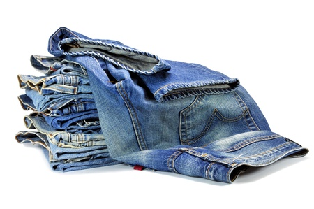 Blue denim jeans op wit wordt geïsoleerd