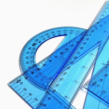 Technische hulpmiddelen - Set van blauwe liniaal, driehoek en gradenboog op een witte achtergrond