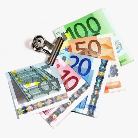 billets euros: Billets de banque pliés de 5 à 100 euros en un trombone chrome