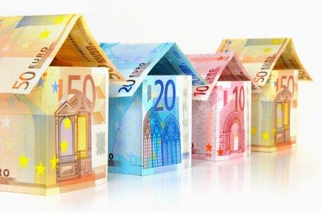 Abstract architectuur - huizen met bankbiljetten van 10 tot 50 Euro Stockfoto