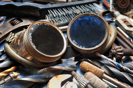 Lasbril tussen de gebruikte industriële gereedschappen