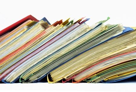 Rij van veelkleurige mappen met documenten op een witte achtergrond Stockfoto