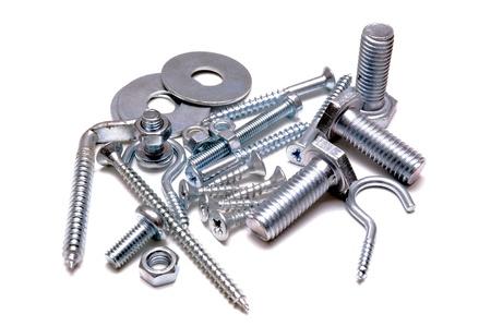 tuercas y tornillos: Grupo de tornillos, tuercas y cu�as sobre fondo blanco