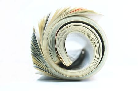 Aufgerollt Magazin auf weißem Hintergrund