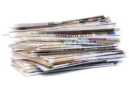 Stapel kranten op een witte achtergrond Stockfoto