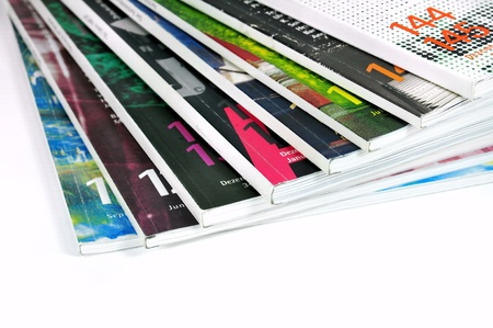 Pila de revistas sobre fondo blanco