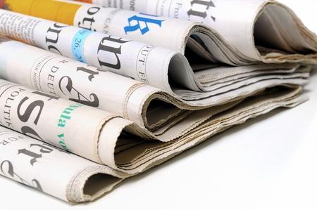 Verschillende kranten op witte achtergrond