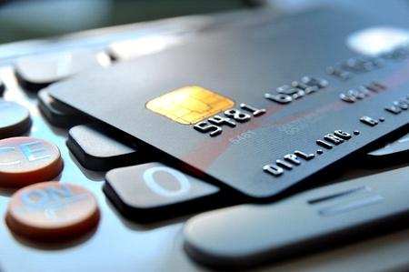 cuenta bancaria: Tarjeta de crédito negro en una calculadora