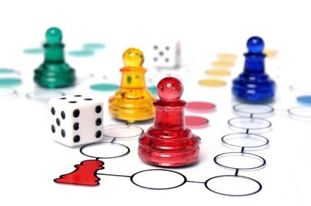 Ludo spel met veelkleurige glazen figuren