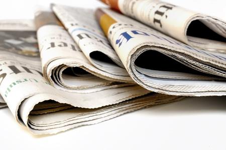 Verschillende kranten op witte achtergrond  Stockfoto
