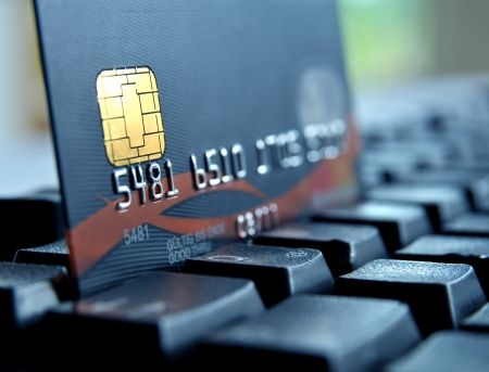 cuenta bancaria: Tarjeta de crédito en un teclado de computadora