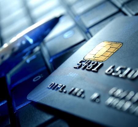 cuenta bancaria: Tarjeta de cr�dito y bol�grafo en un ordenador port�til