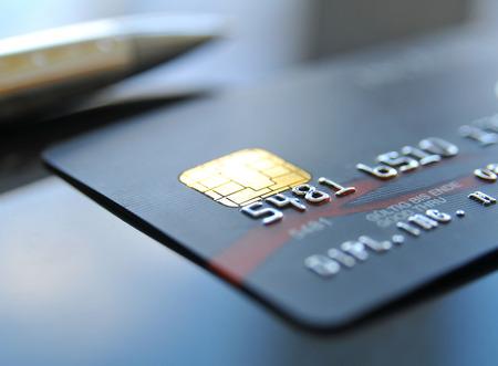 Zwarte creditcard met balpen