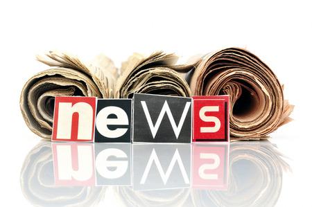 Drie gerolde kranten met letters in de voorkant NIEUWS