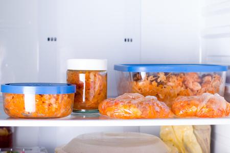 Repas dans des contenants dans le réfrigérateur Banque d'images - 87248921